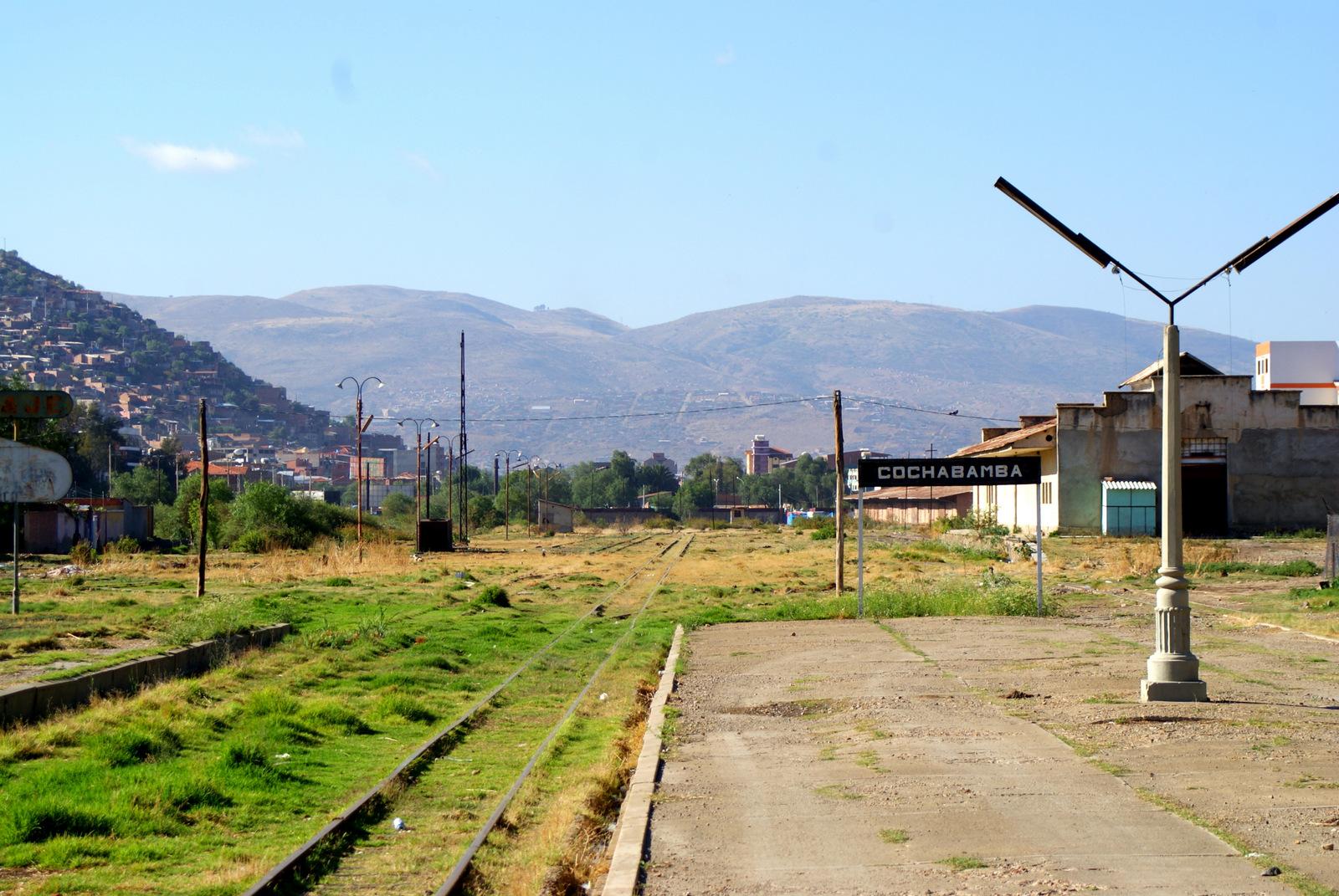 Do stolicy charango - dworzec w Cochabamba